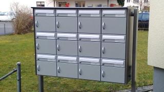 Briefkastenanlage 4x3 an Seitenstützen