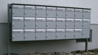 PTT-Briefkasten mit Regendach