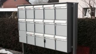 Freistehende 15er Briefkasten Anlage