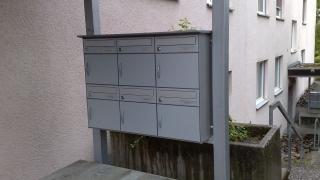 Briefkastenanlage an Vordachstützen