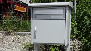 Briefkasten mit gewölbtem Regendach