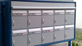Briefkasten mit Beleuchtungsblende