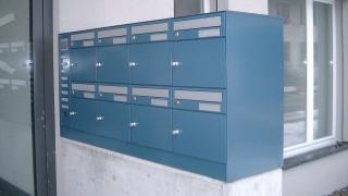Briefkasten Easyline auf Betonsockel