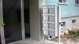 Freistehender Briefkasten mit Seitenstützen und Bodenplatten