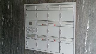 Briefkasten in Granitfassade