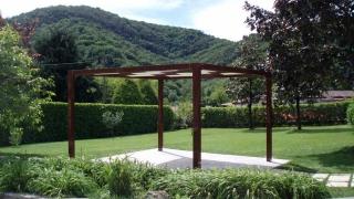 Gartenlaube mit Aluminiumständer und Flechtdach